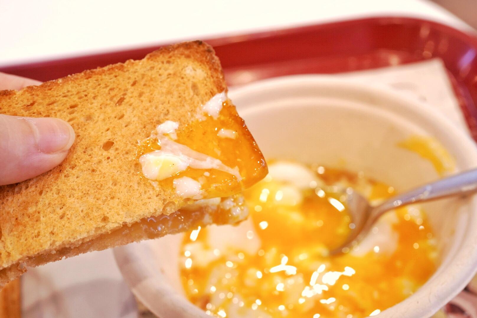 カヤトーストに温玉をつけて食べる
